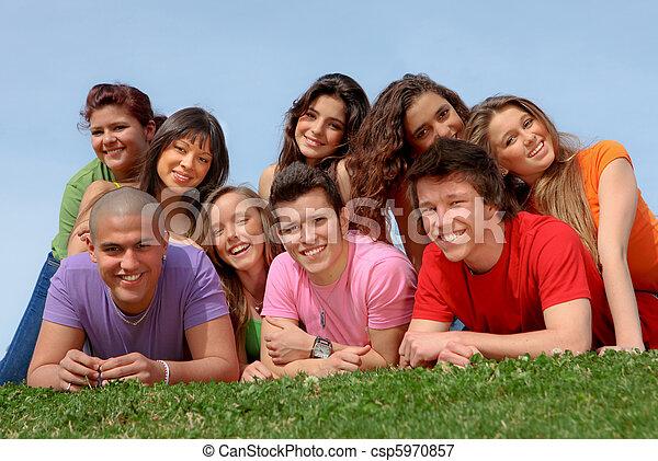 vrienden, het glimlachen, groep, tiener, vrolijke  - csp5970857