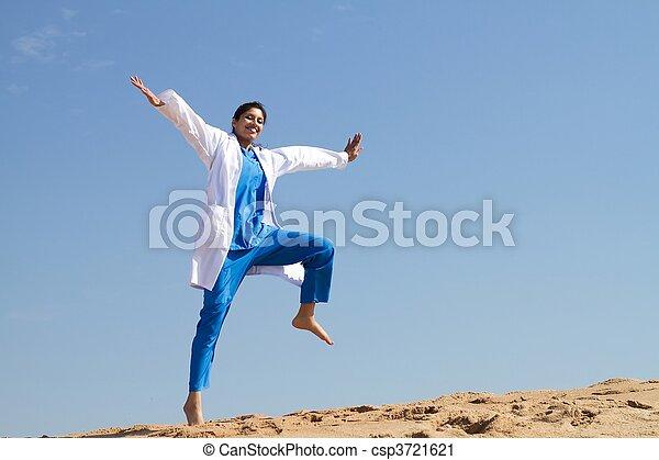 vrolijk, verpleegkundige, springt, strand - csp3721621