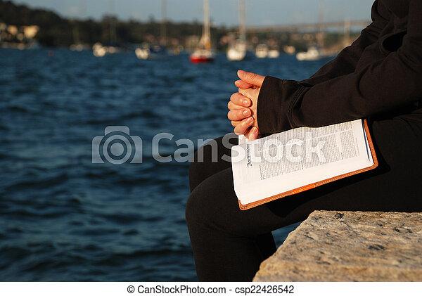 vrouw bidden, bijbel - csp22426542