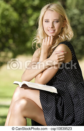 vrouw, boek, jonge, lezende  - csp10839523