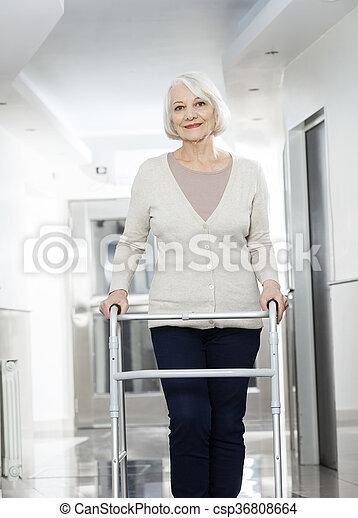 vrouw, centrum, rehab, walker, gebruik, senior - csp36808664