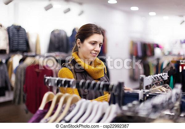 vrouw, de opslag van de kleding - csp22992387