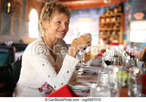 vrouw, italiaanse , restaurant - csp5997015