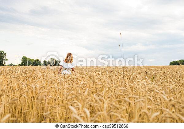 vrouw, natuur, kosteloos, herfst, field., meisje, het genieten van, vrolijke  - csp39512866