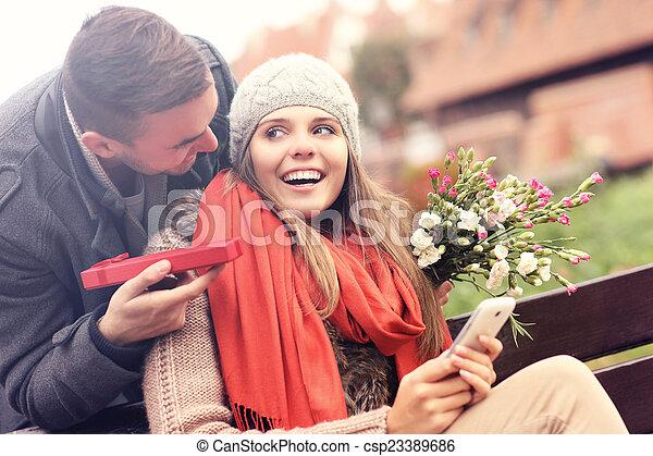 vrouw, schenking verlenend, park, verrassing, man - csp23389686