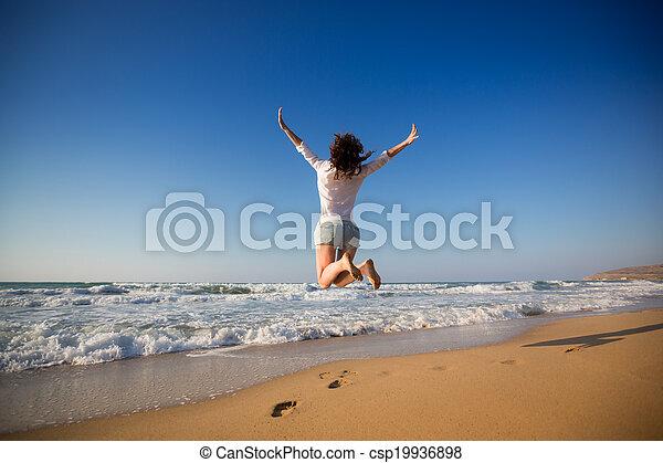 vrouw, strand, springt, vrolijke  - csp19936898