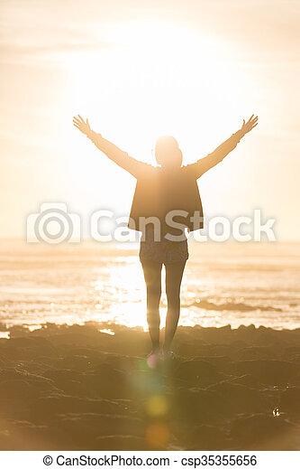vrouw, vrijheid, kosteloos, het genieten van, strand, sunset. - csp35355656