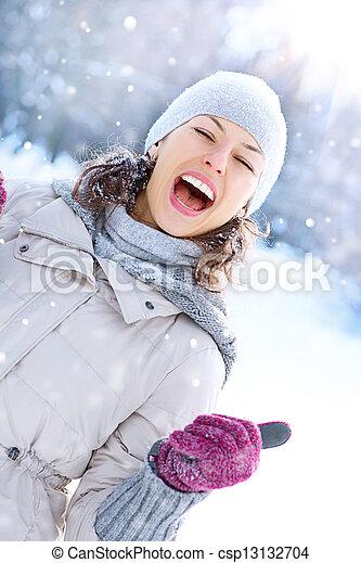 vrouw, winter, outdoor., lachen, plezier, meisje, hebben, vrolijke  - csp13132704