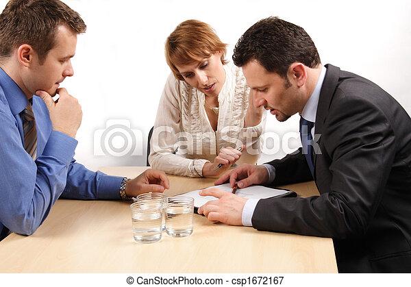 vrouw zaak, op, mannen, twee, contracteren, een - csp1672167