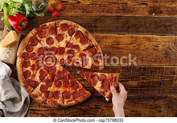 vue., pizza pepperoni, vie, bois, table., ingredients., sommet, main, encore - csp73798033