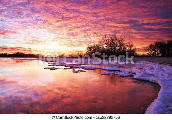 vurig, ondergaande zon , meer, winterlandschap, samenstelling, sky. - csp22292756