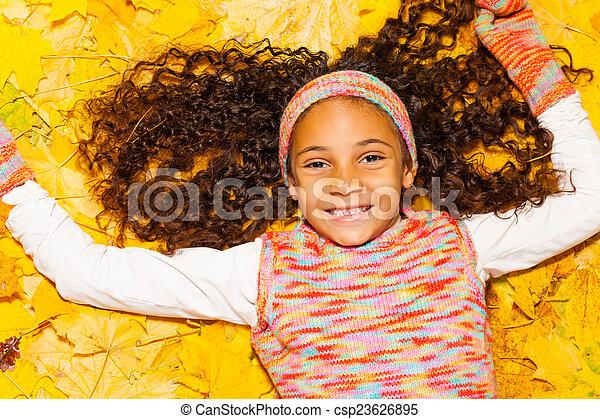włosy, kędzierzawy, liście, jesień, czarna dziewczyna, szczęśliwy - csp23626895