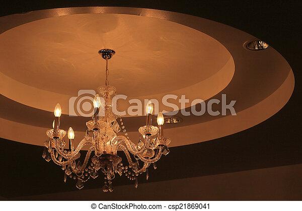 wand dunkel kristall kronleuchter luxus hintergrund stockfoto - Kronleuchter Wand