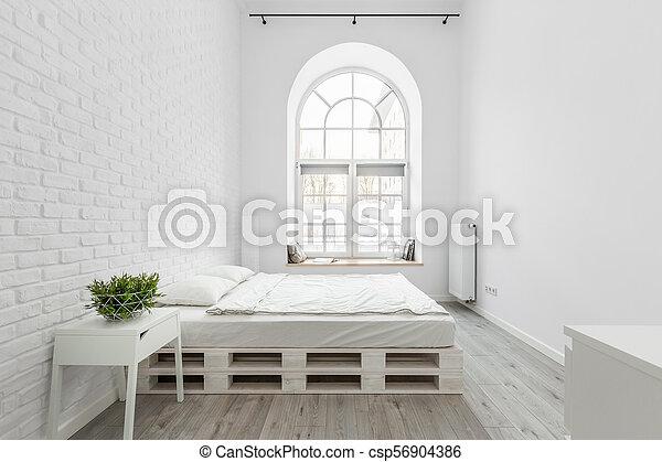 Ein Schlafzimmer Mit Ziegelwand Einbauzimmer Mit Weisser Backsteinwand Palettbett Und Halbkreisfenster Canstock