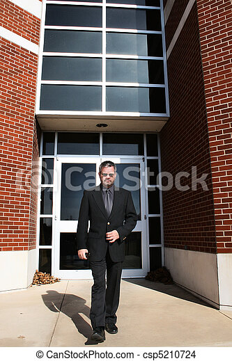 wandelende, buiten, zakenmens  - csp5210724