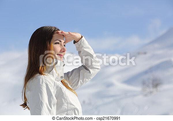 wanderer, frau, berg, verschneiter , sehen vorwärts - csp21670991