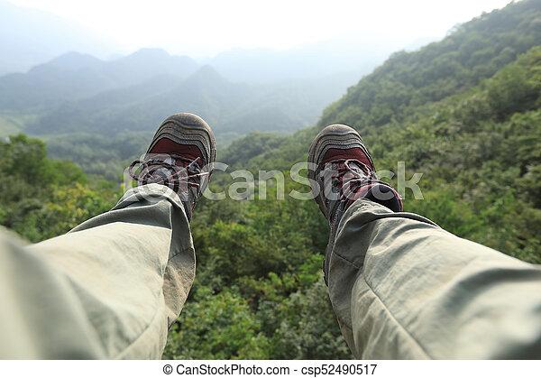 Wanderbeine auf dem Gipfel des Berges - csp52490517