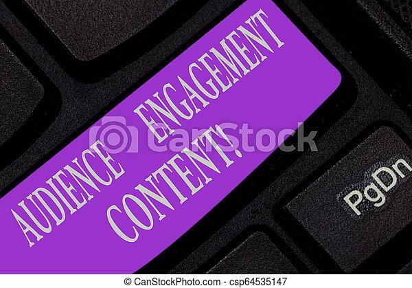 Escribiendo textos escribiendo contenido de compromiso público. Concept significa centrarse en los deseos de la audiencia de enfoque la clave de teclado para crear un mensaje de computadora presionando la idea de teclado. - csp64535147