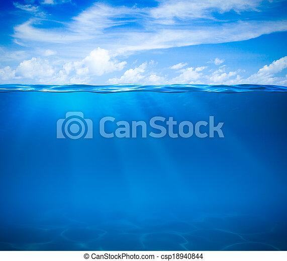 Meeres- oder Ozeanwasseroberfläche und Unterwasser - csp18940844