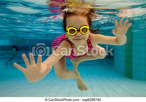 wasser, teich, unter, m�dchen, lächelt, schwimmender - csp6298744