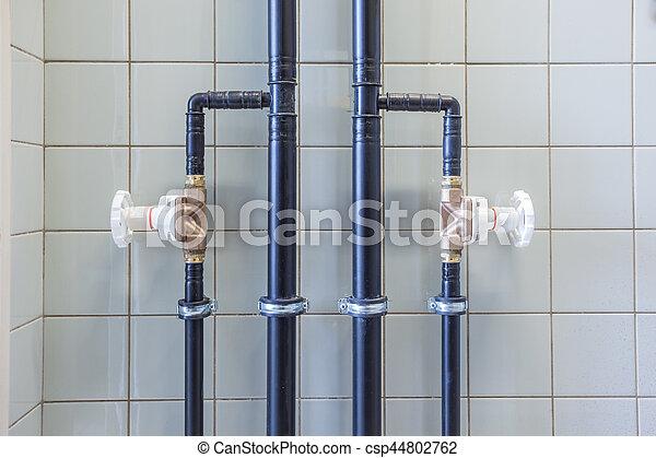 Wasser, wand, schläuche. Wand, wasser leitet, ventile.