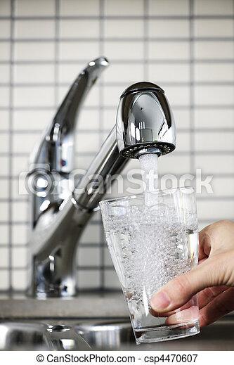 wasserglas, füllung, hahn - csp4470607