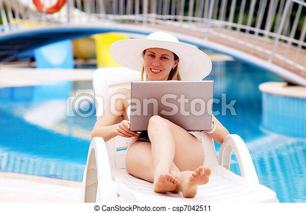 waterpool, mulheres, jovem, relaxante, laptop. - csp7042511