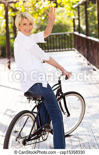 waving, средний, женщина, aged, велосипед - csp15358330