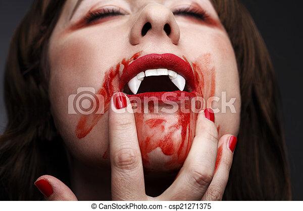Weiblicher vampir leckt blut. Der weibliche vampir leckt ...