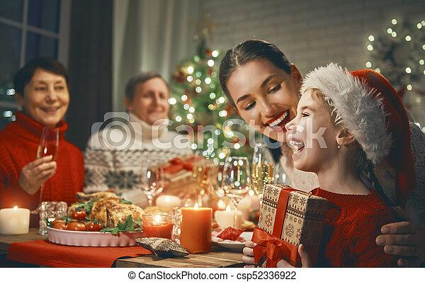 Weihnachten., feiert, familie. Glückliche familie, abendessen, baum ...