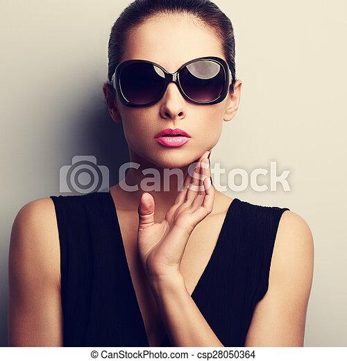 weinlese face hand glanz closeup weibliche sonne poppig sexy modell brille weinlese. Black Bedroom Furniture Sets. Home Design Ideas