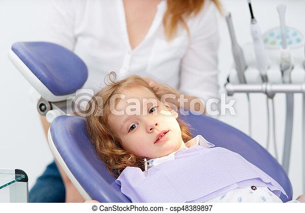 wenig, zahnarzt- stuhl, m�dchen - csp48389897