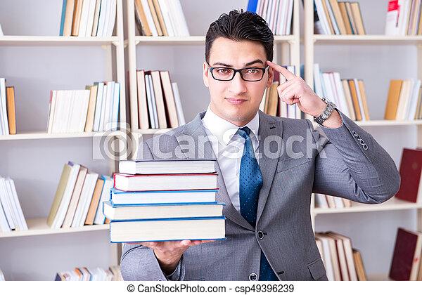 werkende , zakelijk, bibliotheek, boekjes , stapel, student, wet - csp49396239
