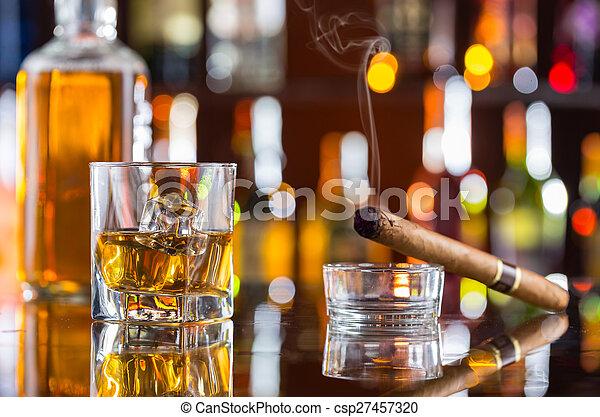 Un whisky con cigarros en el bar - csp27457320