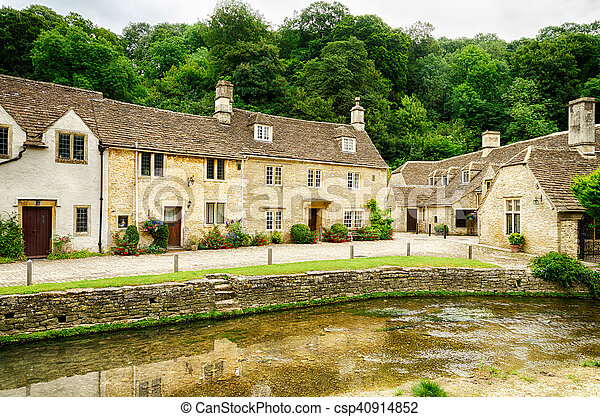 Waterway a través de Castle Come Village en Wiltshire, Inglaterra - csp40914852