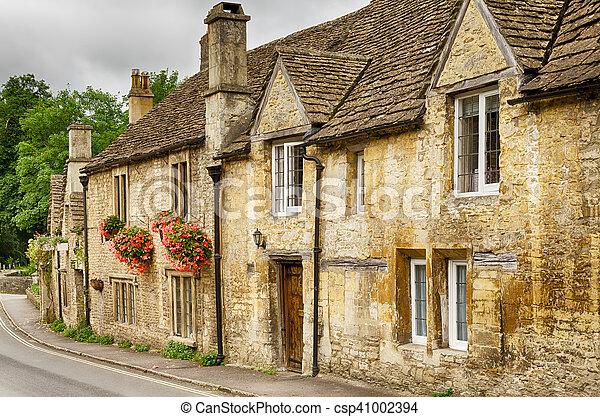 Casas de piedra en Castle Come Village, Wiltshire, Inglaterra - csp41002394