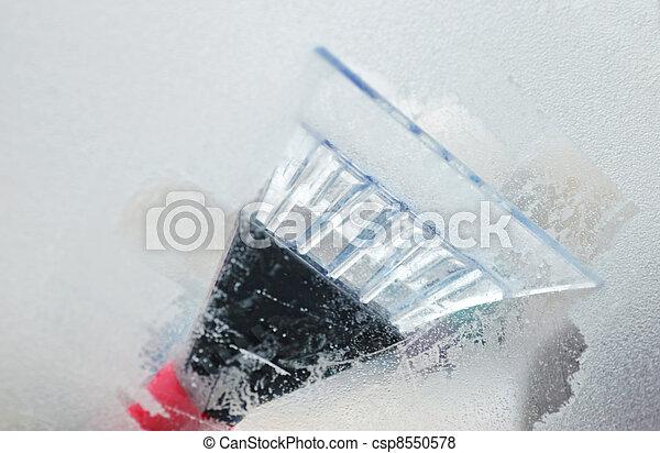 Limpiando ventanas - csp8550578