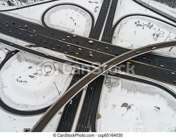 Vista aérea de una intersección de la autopista cubierta de nieve en invierno. - csp65164030