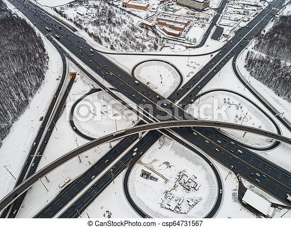Vista aérea de una intersección de la autopista cubierta de nieve en invierno. - csp64731567