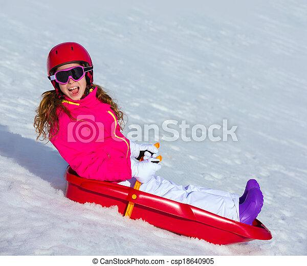 Kleines Mädchen, das im Winter Schnee Schlitten spielt - csp18640905