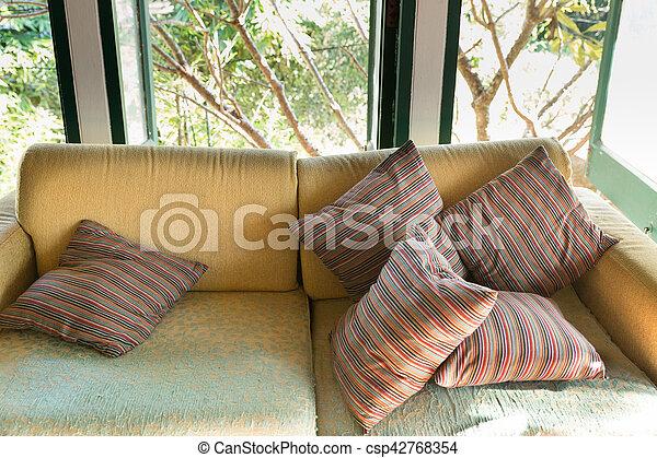 Wohnzimmer, braunes sofa, couch, fenster, grün, kleingarten, ansicht.