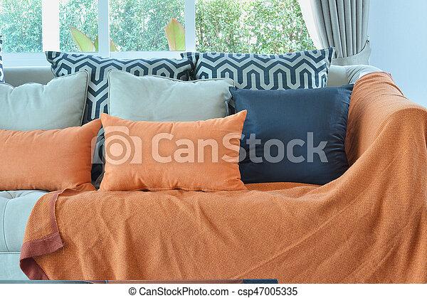 wohnzimmer, braunes sofa, modern, design, orange, schwarz, tweed, kissen