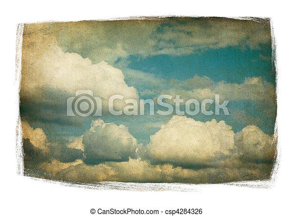 Vintage-Himmel mit flauschigen Wolken, isoliert in bemalten Rahmen auf weiß. - csp4284326