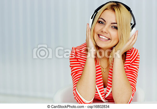 woman ül, fiatal, zakó, zene hallgat, asztal, portré, piros - csp16802834