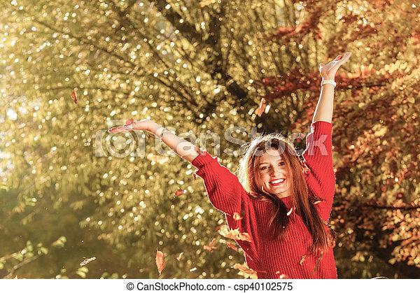 woman ellankad, dobás, zöld, liget, feláll, levegő, ősz - csp40102575