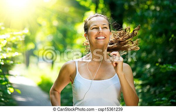 Mujer corriendo. Entrenamiento al aire libre en un parque - csp15361239