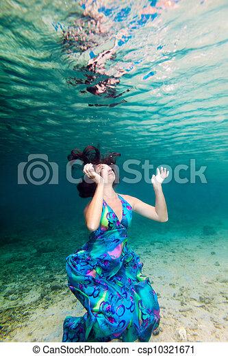 Woman underwater - csp10321671