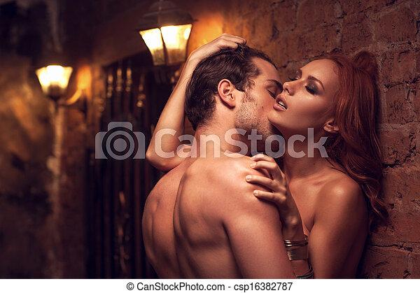 Hermosa pareja teniendo sexo en un lugar hermoso. Un hombre besando el cuello de una mujer - csp16382787