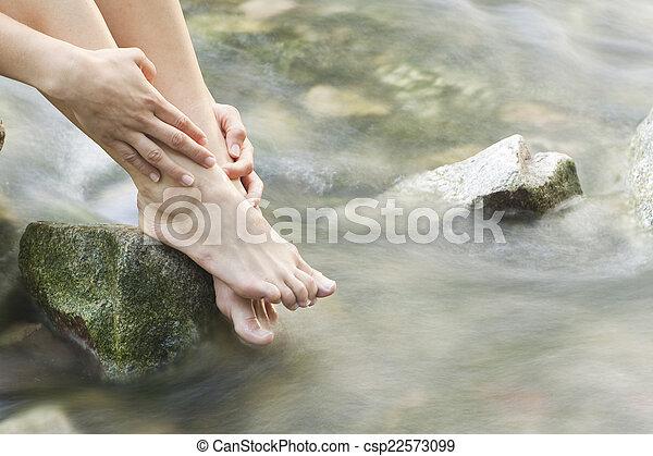 womans, floresta, pés, riacho - csp22573099