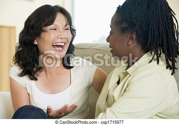 woonkamer, twee, klesten, het glimlachen, vrouwen - csp1715977